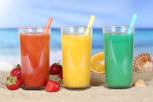juice smoothie fruit juice orange juice on the beachの写真素材 [FYI00783339]