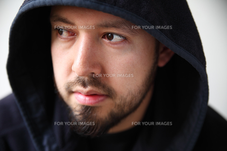 Young man wearing dark hoodieの素材 [FYI00783360]