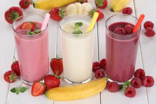 smoothie juice with fruit juice such as strawberries,raspberries,bananaの写真素材 [FYI00783373]