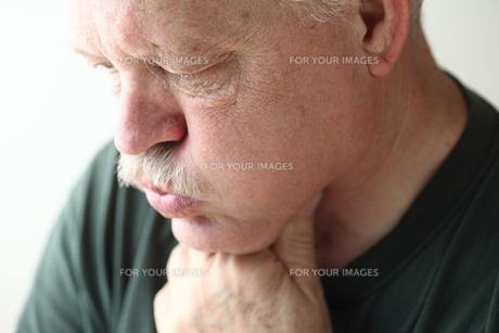 Senior man with acid refluxの素材 [FYI00783374]