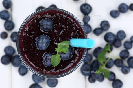 blueberry smoothie juice milkshake with blueberries fruit juice from aboveの写真素材 [FYI00783377]