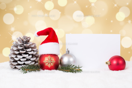 christmas card with christmas hat with copy space,snow and gold backgroundの写真素材 [FYI00783390]