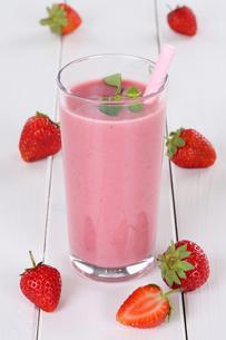 strawberry smoothie juice milkshake with strawberry fruit juiceの写真素材 [FYI00783395]