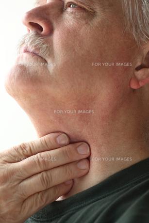 Senior man with throat discomfortの素材 [FYI00783406]