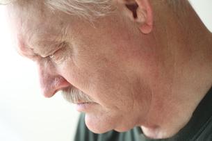 Depressed older man looking downの写真素材 [FYI00783428]