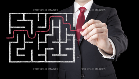 Businessman finding the solution of a mazeの写真素材 [FYI00783497]