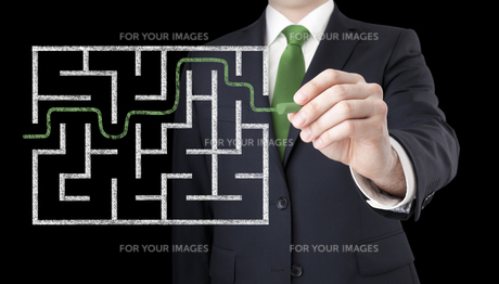 Businessman finding the solution of a mazeの写真素材 [FYI00783515]