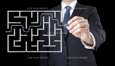 Businessman finding the solution of a mazeの写真素材 [FYI00783516]