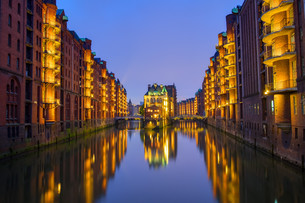 night in the warehouse district in hamburg,germanyの写真素材 [FYI00783636]