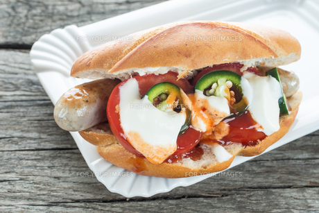 hot dog with tomatoes and jalapenosの写真素材 [FYI00783715]