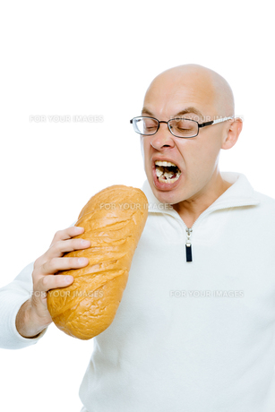 man biting a loaf. Isolated on whiteの写真素材 [FYI00783940]