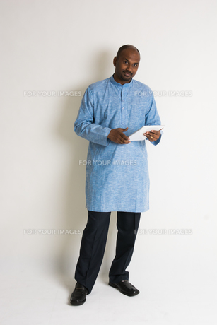 traditional indian male with tablet and plenty of copyspaceの写真素材 [FYI00783999]
