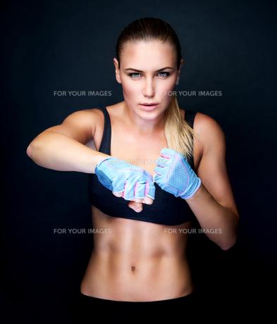 Boxer girl portraitの写真素材 [FYI00784006]