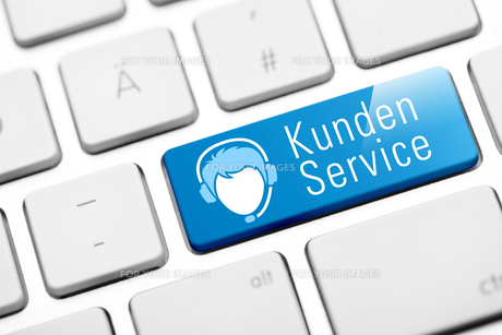 customer service online button on white keyboardの写真素材 [FYI00784065]