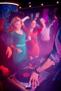 Hand of dj on vinyl discの写真素材 [FYI00784111]