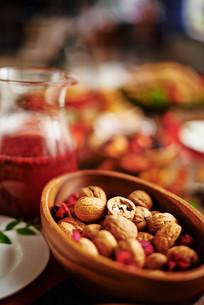 Walnuts in bowlの写真素材 [FYI00784211]