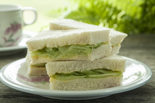 Cucumber Sandwich on a plate served with a cup of tea.の写真素材 [FYI00784215]