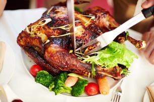 Cutting roasted turkeyの写真素材 [FYI00784245]