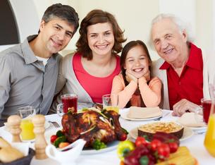 Having Thanksgiving dinnerの写真素材 [FYI00784249]