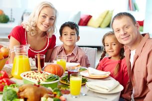 Family having dinnerの写真素材 [FYI00784275]