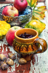 Cup of tea in the autumn styleの写真素材 [FYI00784294]