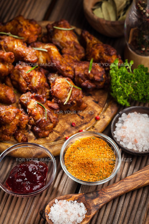 BBQ chicken wings with spices and dipの写真素材 [FYI00784311]