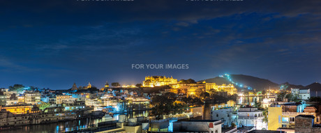 Udaipur, evening view of the city and City Palace complex. Udaipur, Rajasthan, India, Asiaの写真素材 [FYI00784365]