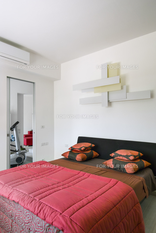interior of modern bedroom with red beddingの素材 [FYI00784446]