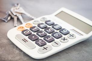 Calculator with keys on grey backgroundの写真素材 [FYI00784625]
