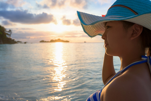 Girl on the beach at sunriseの写真素材 [FYI00784724]