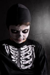 Boy in Halloween skeleton costumeの写真素材 [FYI00784755]