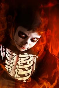 Boy in Halloween skeleton costumeの写真素材 [FYI00784764]