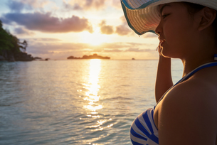 Girl on the beach at sunriseの写真素材 [FYI00784787]