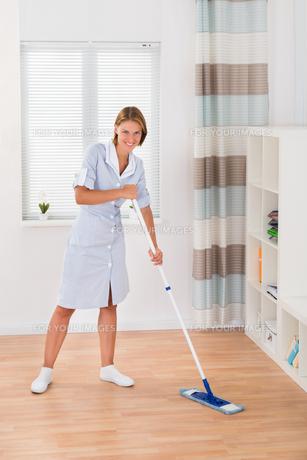 Female Janitor Mopping Floorの写真素材 [FYI00784800]