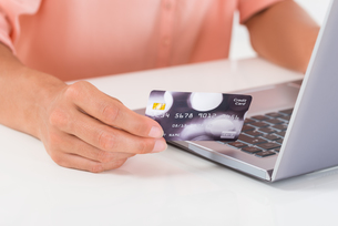Person Shopping Online On Laptopの写真素材 [FYI00784804]