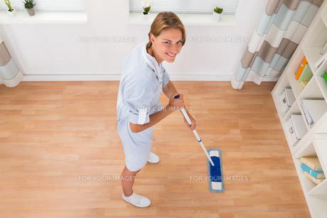 Female Janitor Mopping Floorの写真素材 [FYI00784825]