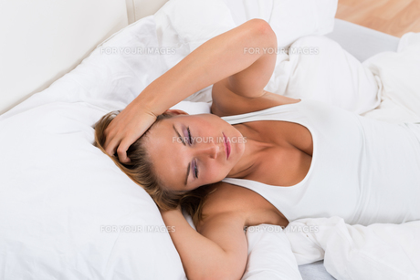 Tired Woman In Bedの写真素材 [FYI00784835]