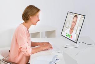 Woman Videochatting On Computerの写真素材 [FYI00784841]