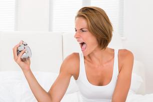 Woman Screaming To The Alarm Clockの写真素材 [FYI00784851]