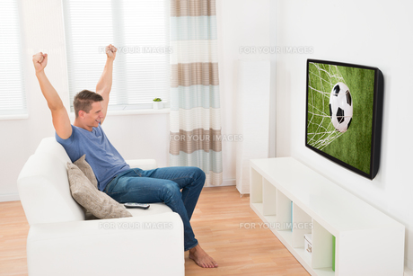 Woman Watching Soccer Game On Televisionの写真素材 [FYI00784860]