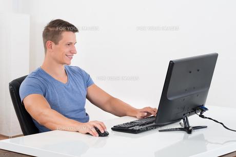 Man Working On Desktop Computerの写真素材 [FYI00784880]