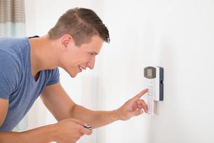 Man Entering Code In Door Security Systemの写真素材 [FYI00784892]