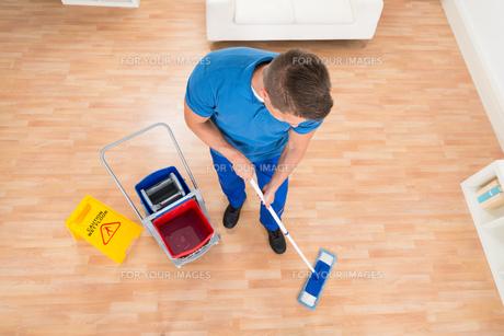 Worker Mopping Wooden Floorの写真素材 [FYI00784901]