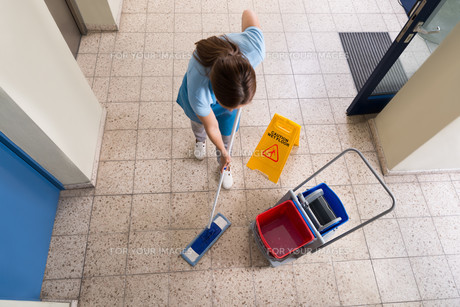 Janitor Mopping Floor With Cleaning Equipmentsの写真素材 [FYI00784906]