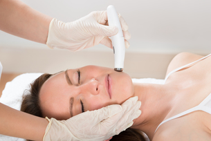 Woman Receiving Microdermabrasion Therapyの写真素材 [FYI00784909]