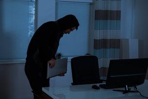 Thief Stealing Laptopの写真素材 [FYI00784910]