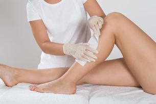 Beautician Waxing Leg Of Womanの写真素材 [FYI00784915]