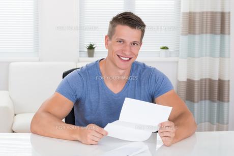 Man Reading Documentの写真素材 [FYI00784921]