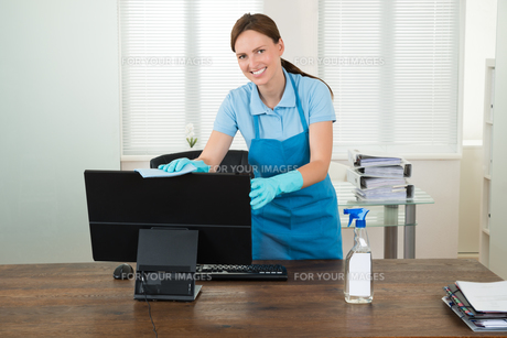 Woman In Workwear Rubbing Computerの写真素材 [FYI00784923]