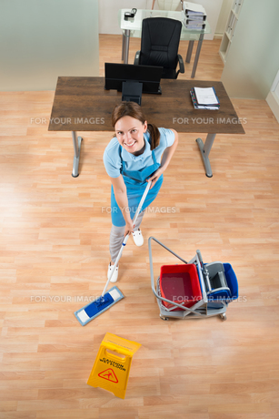 Janitor Mopping Floor In Officeの写真素材 [FYI00784929]